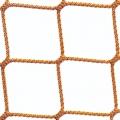 Piłkochwyt do hal sportowych Profesjonalne piłkochwyty o rozmiarze oczek 4,5 x 4,5 cm i grubości siatki 3 mm sprawdzą się jako zabezpieczenie na salę gimnastyczną, ale nie tylko. Idealnie ochronią osoby stojące z boku boiska przed lecącą w ich stronę piłką. Wykorzystywane do zabezpieczenia boiska do gry w piłkę nożną, siatkową ręczną czy koszykówkę. Materiał jakim jest polipropylen to świetne zastosowanie ze względu na wysoką wytrzymałość i elastyczność. Ze względu na długą żywotność z powodzeniem będą służyć przez wiele lat.