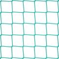 Piłkarskie ogrodzenie - siatka PP Boiska piłkarskie tak jak i inne obiekty sportowe muszą posiadać solidne zabezpieczenie. Siatka polipropylenowa będzie doskonałym rozwiązaniem. Rozmiar oczek 10 x 10 cm i grubość siatki z powodzeniem sprawdzą się przy zatrzymaniu lecących z dużą siłą piłek. Polipropylen, jako materiał odporny na uszkodzenia mechaniczne nie ulegnie rozerwaniu czy rozpleceniu także przy rzucie innym przedmiotem. Będzie doskonałym rozwiązaniem na zewnętrzne boiska piłkarskie, jak i te mniejsze znajdujące się wewnątrz budynków.